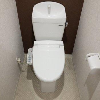 温水洗浄便座付き。※写真は2階の同間取り別部屋のものです