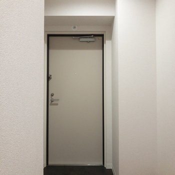 玄関にはちょっと段差があります。※写真は2階の反転間取り別部屋のものです