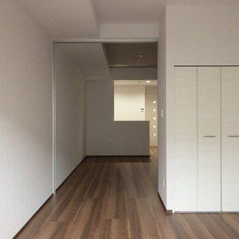 白を基調とした空間です。※写真は2階の反転間取り別部屋のものです