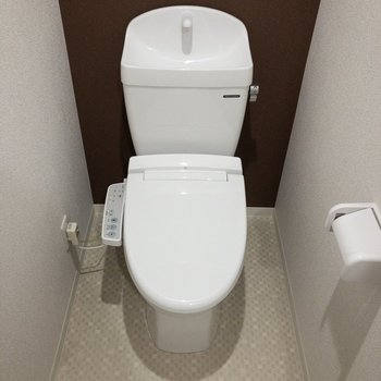 温水洗浄便座付き。※写真は2階の反転間取り別部屋のものです