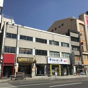 1階には飲食店が入っているレトロなビルです。
