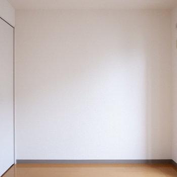 こちらは寝室に。