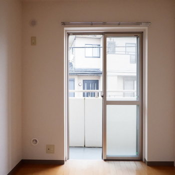 洋室にも掃き出し窓が。