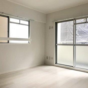 寝室は2面の窓が付いていて明るい◎