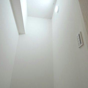さらに、廊下にも収納が。