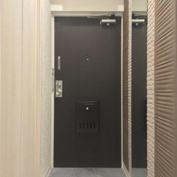 玄関には全身鏡!便利なだけじゃなくて、ちょっぴり空間が広く見えるんですよね