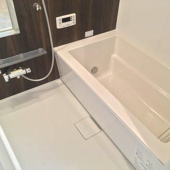 バスルームは浴槽がとっても大きいんです。追焚と浴室乾燥機も◎