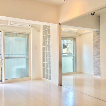 ブロックガラスと白い壁・床のおかげで明るいんです!