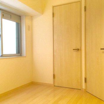 小窓側から。正面の扉は・・・