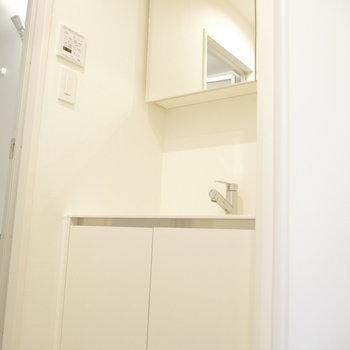 脱衣所に洗面台。※写真は同間取り別部屋のものです!