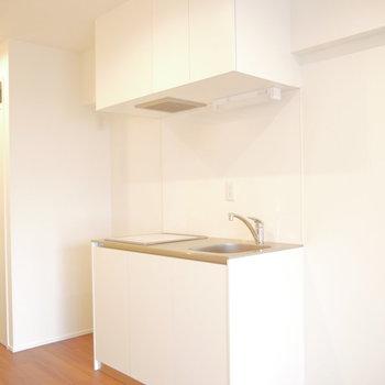 キッチン横に冷蔵庫スペースあります。※写真は同間取り別部屋のものです!