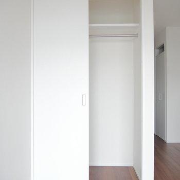 収納はこちら。上に棚ありますね!※写真は同間取り別部屋のものです!
