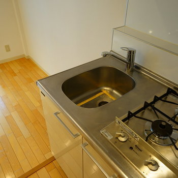 キッチンもコンパクトですが、2口です! ※3階の似た間取り、前回募集時のものです