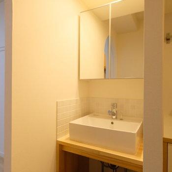 造作洗面台には収納鏡が!