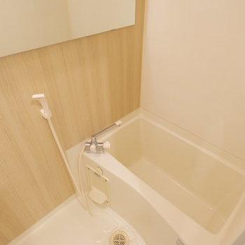 お風呂は木目調シートでリニューアル