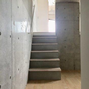 洋室から階段を降り、玄関へ。
