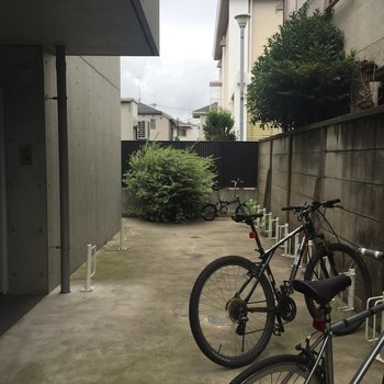 自転車置き場は屋外にあります。