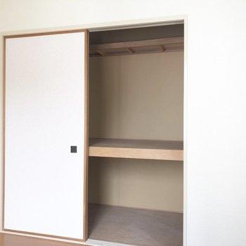 【ベランダ側洋室】こちらは広めな収納。