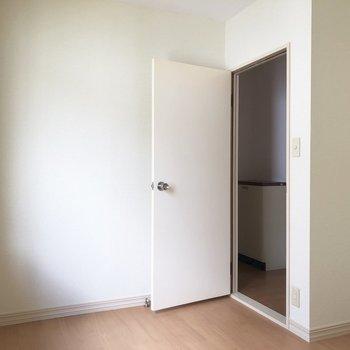 【洋室4.5帖】玄関側とつながっている洋室。