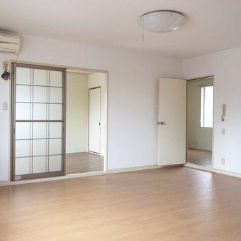 【LDK】奥の洋室とは、段差でつながっています。