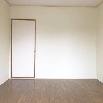 【ベランダ側洋室】コンパクトな収納があります。