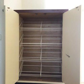 洗濯機置場の横にも靴箱がありました。普段使わないような靴を入れておくといいですね。