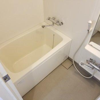 お風呂は使いやすそうなサイズ。