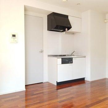 キッチンのお隣の扉は脱衣所ドアです。