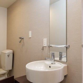 丸い洗面所!眺めの鏡が可愛い。