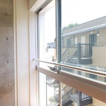 窓の手すりを有効活用したい。お布団は干せそうですね!