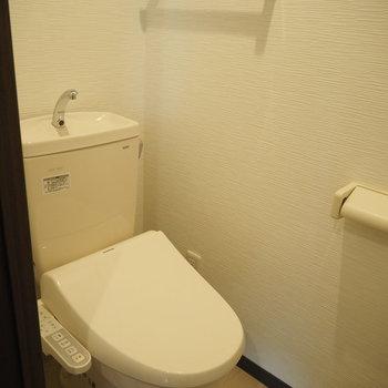 トイレです。タオル掛けもありますね◎