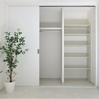 洋室①】壁一面の収納ならお荷物も楽々◎