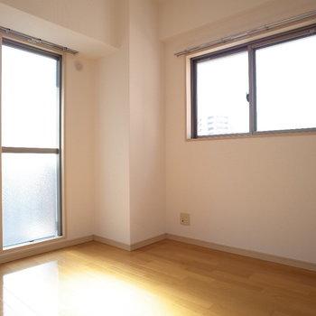 窓からの光を浴びて!※写真は6階の同間取り別部屋のものです