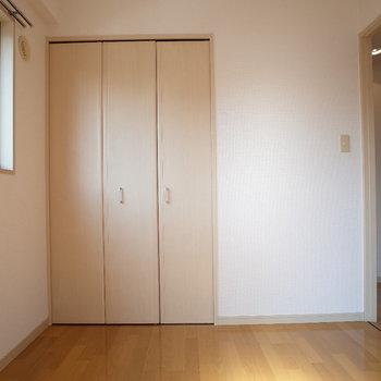 玄関横の洋室※写真は6階の同間取り別部屋のものです