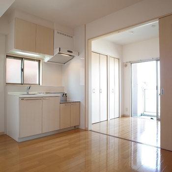 しきりと開けると解放感ある空間に※写真は6階の同間取り別部屋のものです