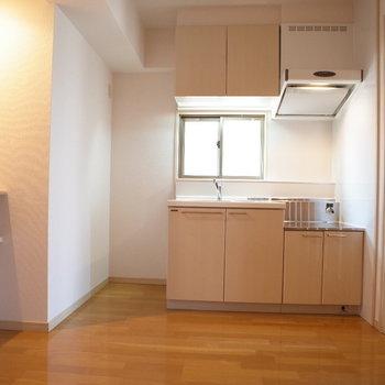 優しいブラウンのキッチン※写真は6階の同間取り別部屋のものです