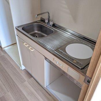 IHの1口コンロ。下にはミニ冷蔵庫も設置可能です。