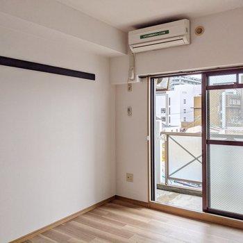 窓の左下にテレビ端子があります。コンセントは少なめだから携帯の充電などは延長コードが必要かも。