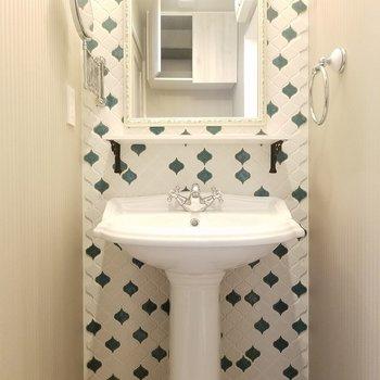 洗面台可愛い…!ここもパリ感あるね。※写真は同じ間取りの3階のお部屋のものです