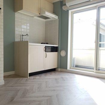 キッチン横に冷蔵庫とオーブンを。※写真は同じ間取りの3階のお部屋のものです