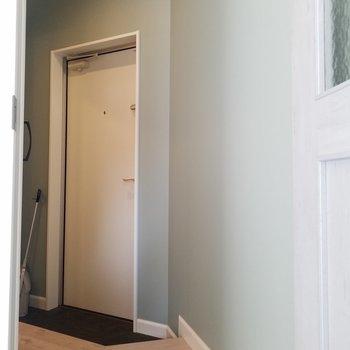 玄関方面はこんな感じ。※写真は同じ間取りの3階のお部屋のものです