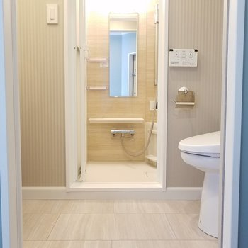 玄関横の扉を開けると…水回り!※写真は同じ間取りの3階のお部屋のものです