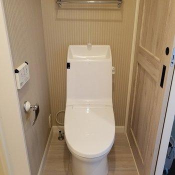 向かい側にトイレ!上に収納もあり!※写真は同じ間取りの3階のお部屋のものです