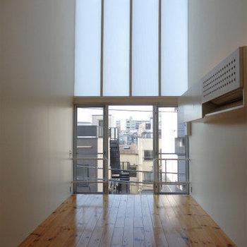 天井の高さに驚き!※写真は似た間取りの5階のお部屋のものです