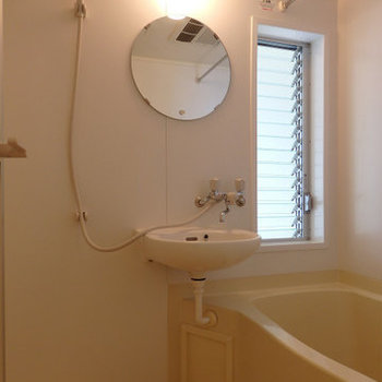 窓付きのお風呂※写真は似た間取りの5階のお部屋のものです
