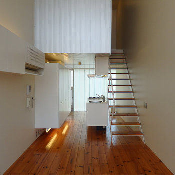 節の柄が良く出た無垢のフローリング※写真は似た間取りの5階のお部屋のものです