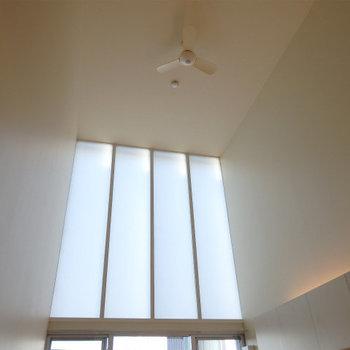 シーリングファンも付いている天井※写真は似た間取りの5階のお部屋のものです