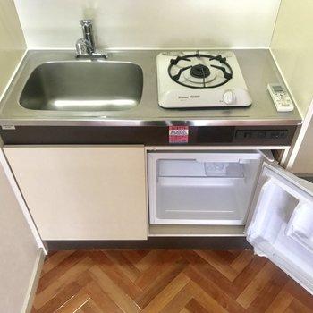 キッチンはミニ冷蔵庫付き♪作業台はワゴンを置いたり工夫しましょ!