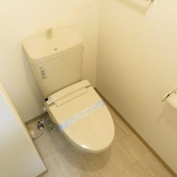 温水便座付きのトイレですね