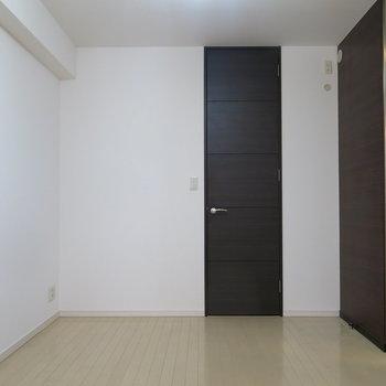 寝室になるお部屋。奥に収納部が。